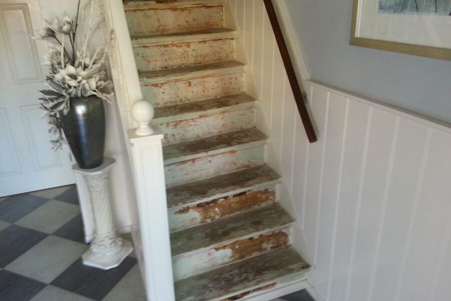 rechte trap gestript en klaar voor renovatie