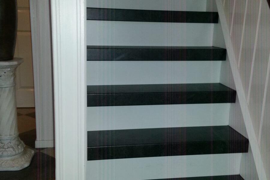 Gerenoveerde dichte trap zwart wit