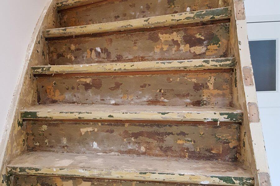 gestripte trap dicht gereed voor renovatie