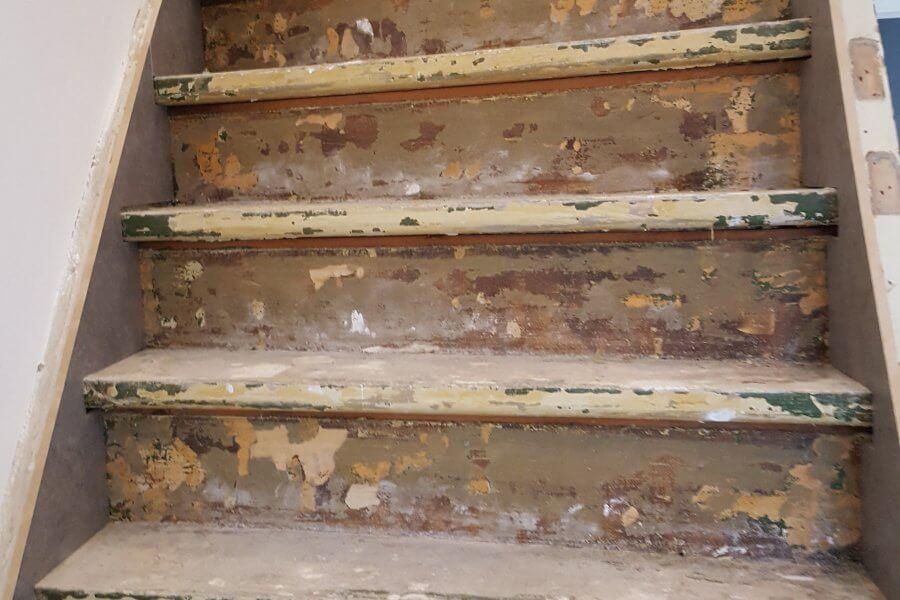 gestripte dichte trap klaar voor renovatie