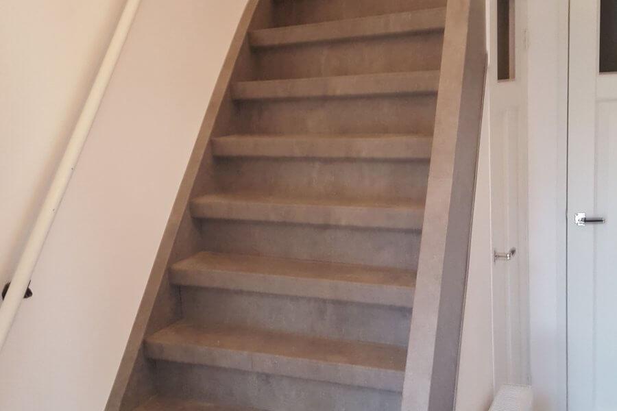 grijs laminaat gebruikt voor traprenovatie
