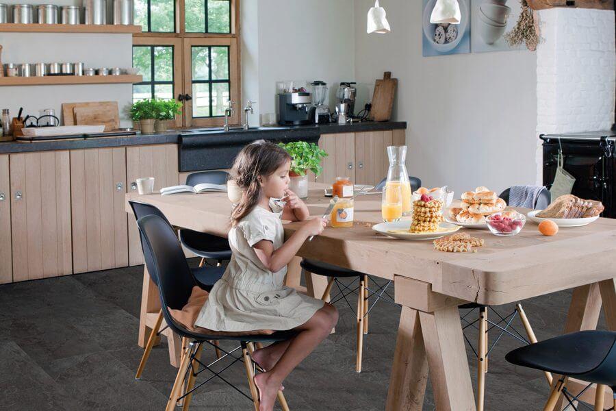 kind op stoel in keuken met Lyvin vloer