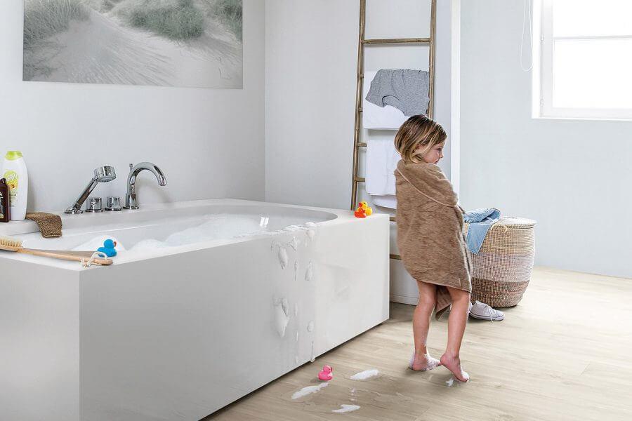 badkamer en kind aan het afdrogen
