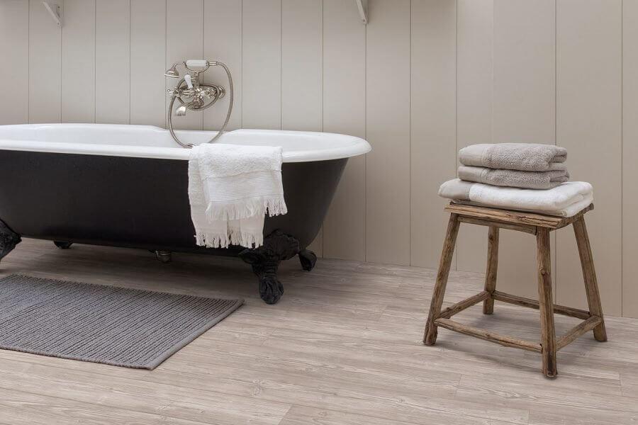 badkamer voorzien van laminaat