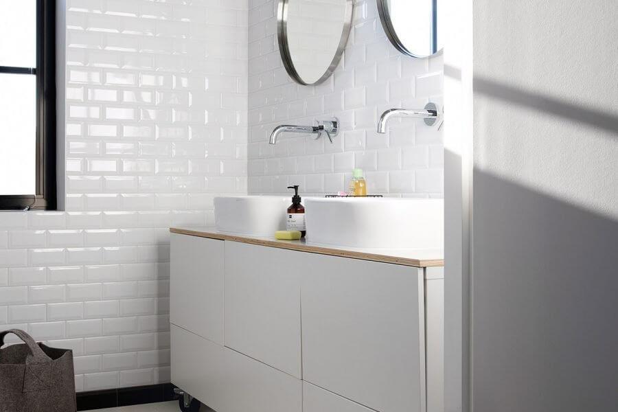 wasbakken en spiegels in badkamer
