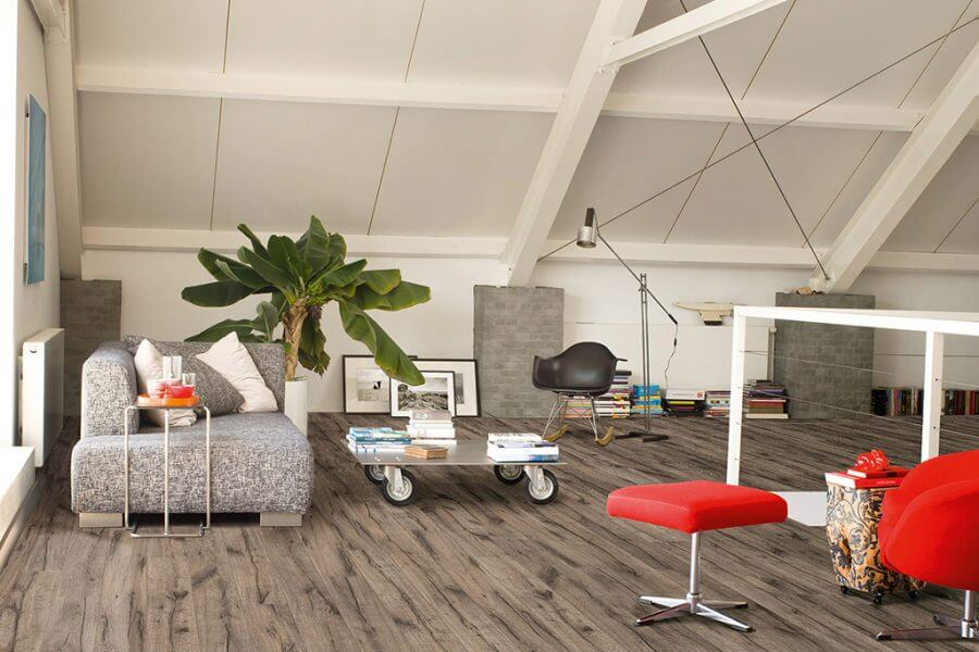 bovenverdieping voorzien van grijs kleurige vloer