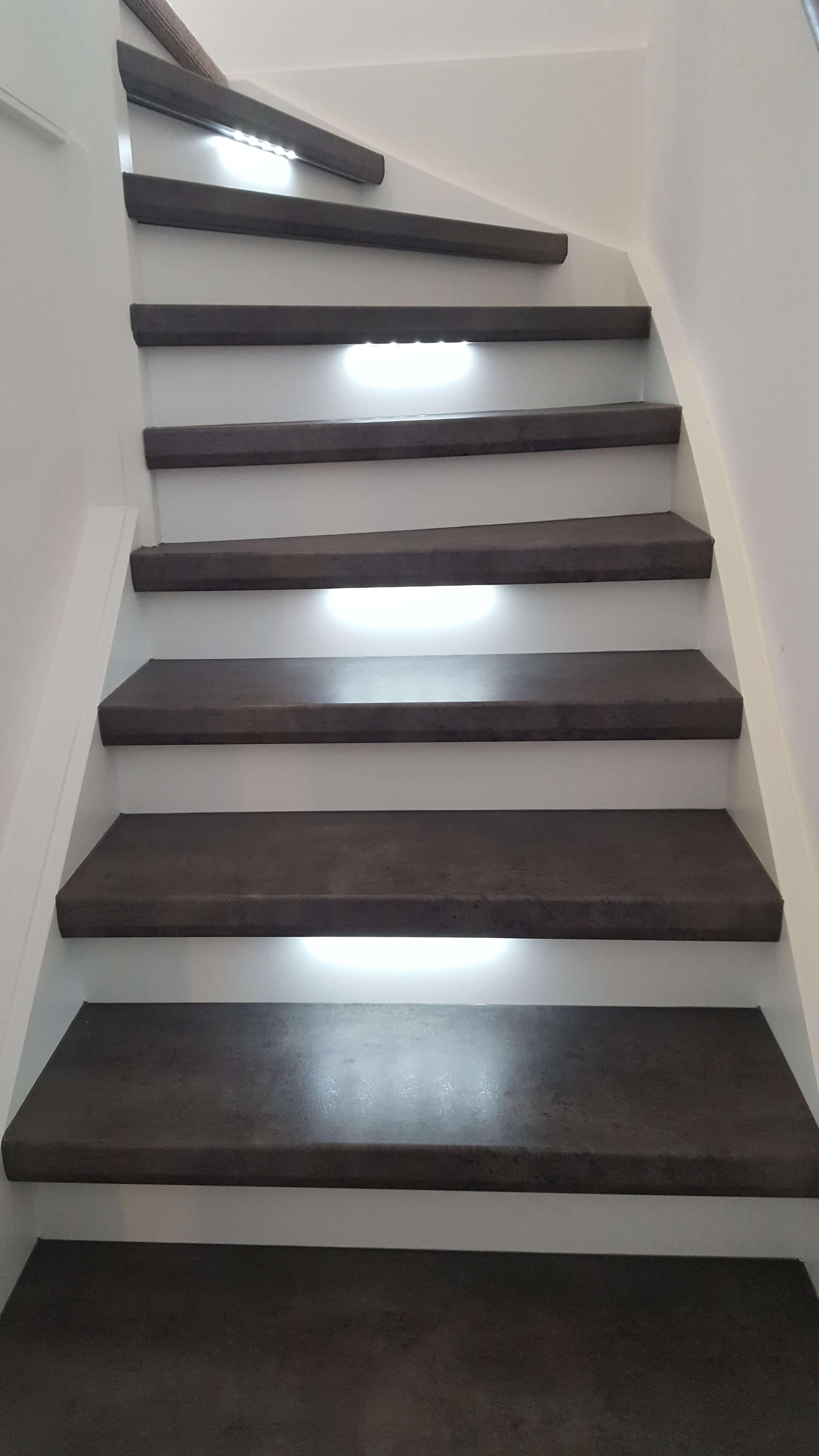 Traprenovatie met laminaat en led verlichting floortec for Hoeveel traptreden heeft een trap