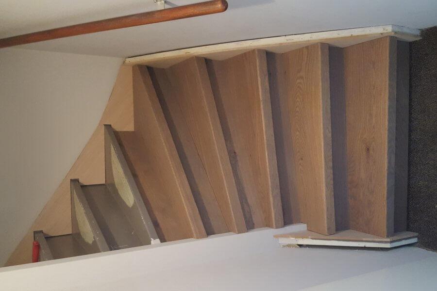 deels gerenoveerde trap