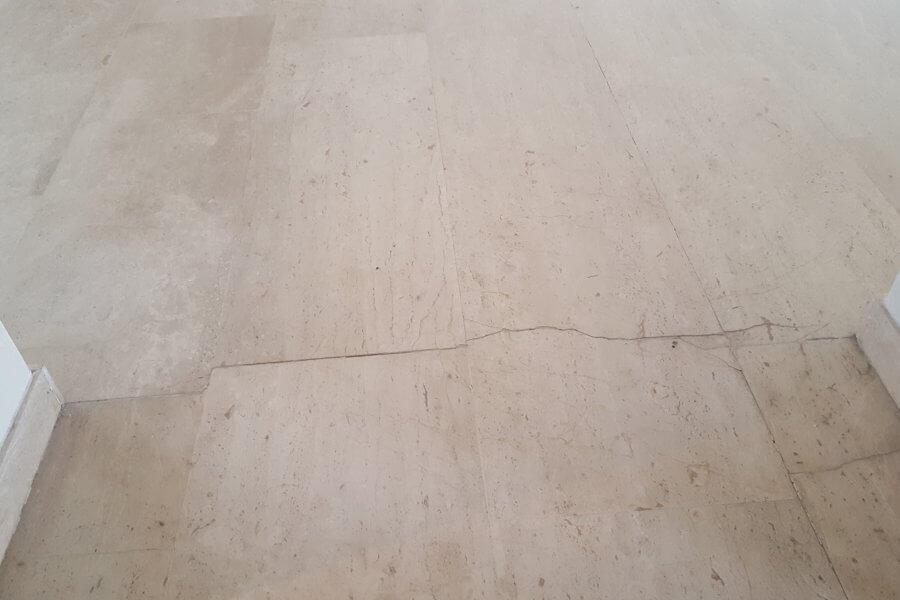 vloer van marmer met een scheur erin