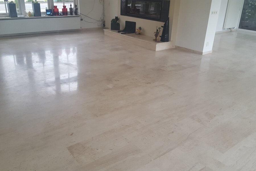 gepolijst en gerepareerde marmeren vloer