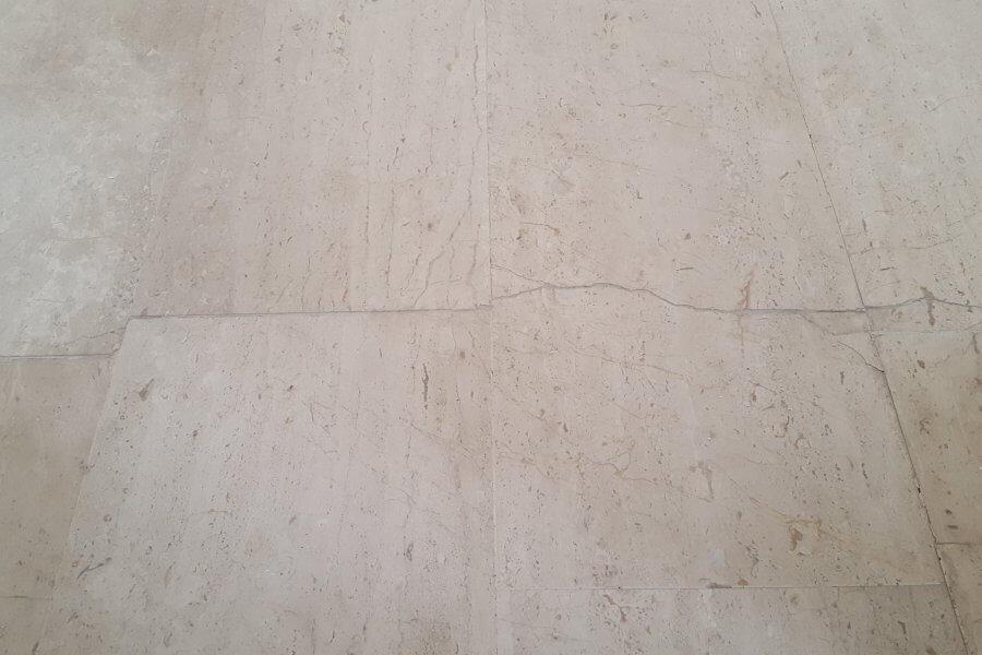zichtbare scheur in marmeren vloer