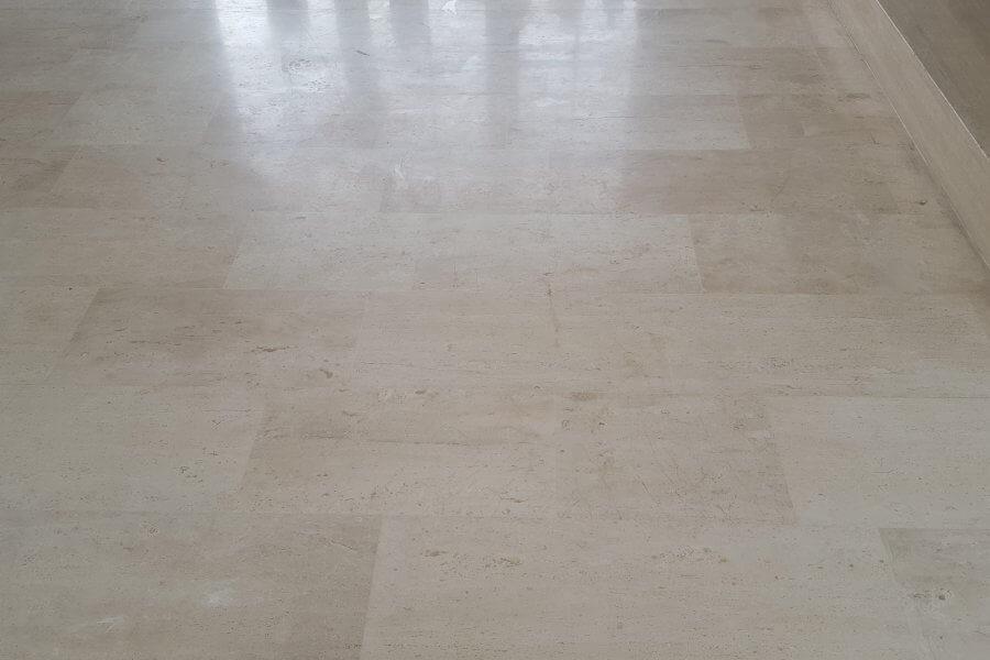 vloer van marmer gerepareerd