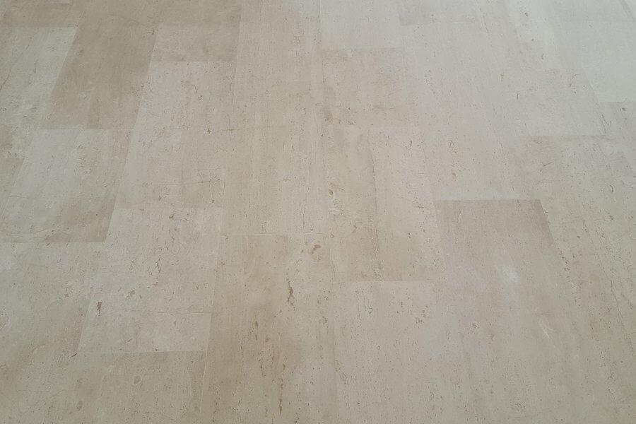 gerepareerde marmeren vloer