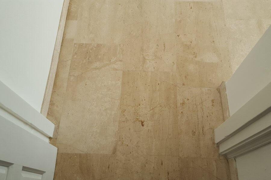 reparatie aan marmeren vloer